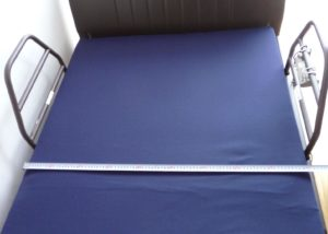 柵付のベッド